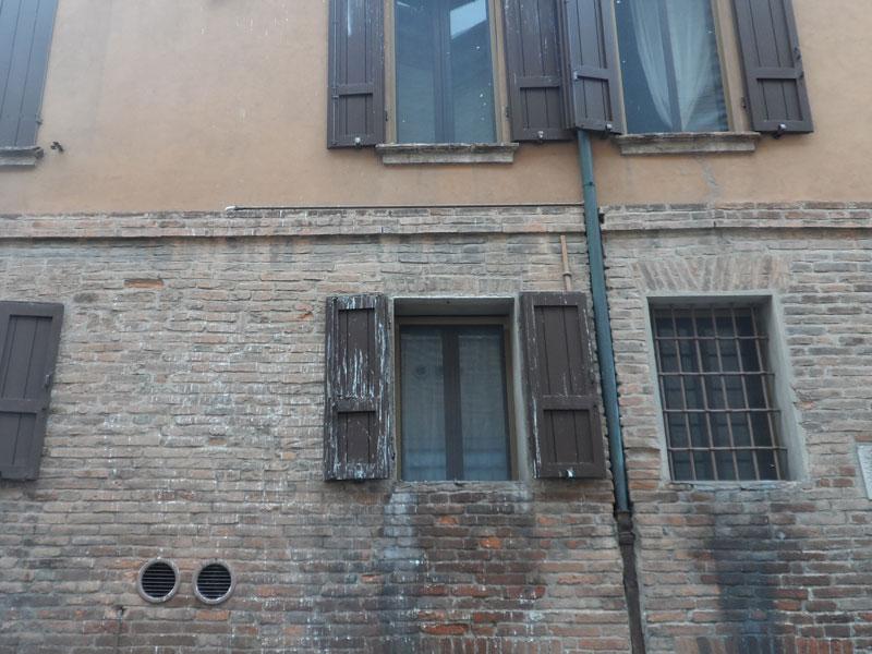 Danni alle finestre causati da escrementi di piccione